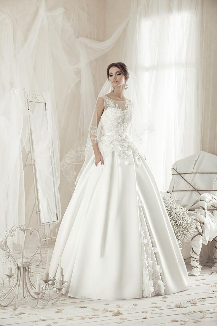 Свадебное платье с атласной юбкой А-кроя и кружевной отделкой классического корсета.