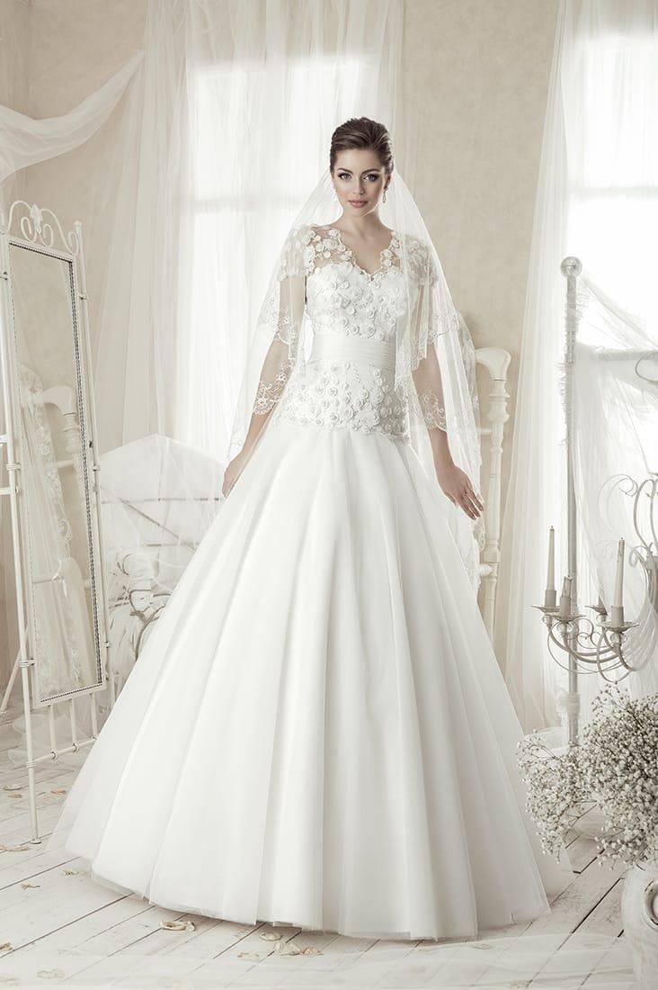 Утонченное свадебное платье «принцесса» с широким атласным поясом и декором объемными бутонами.