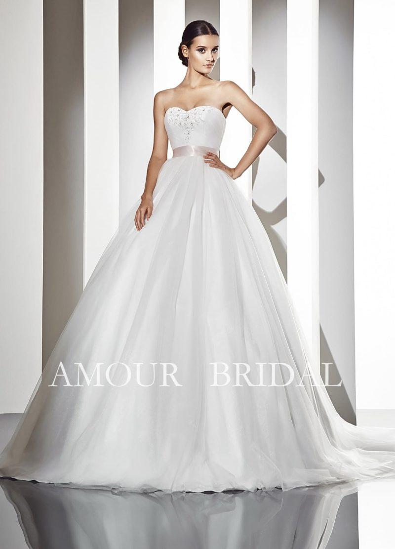 Классическое свадебное платье пышного кроя с открытым лифом и изящным атласным поясом.