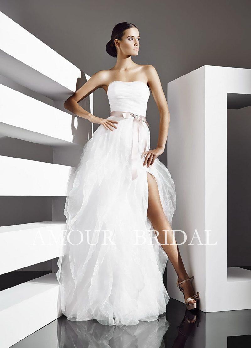 Соблазнительное свадебное платье с высоким разрезом сбоку по подолу и узким атласным поясом.