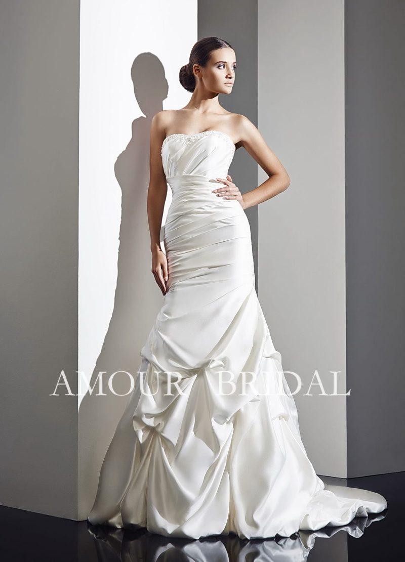 Свадебное платье из элегантной фактурной ткани, красиво задрапированное по силуэту.