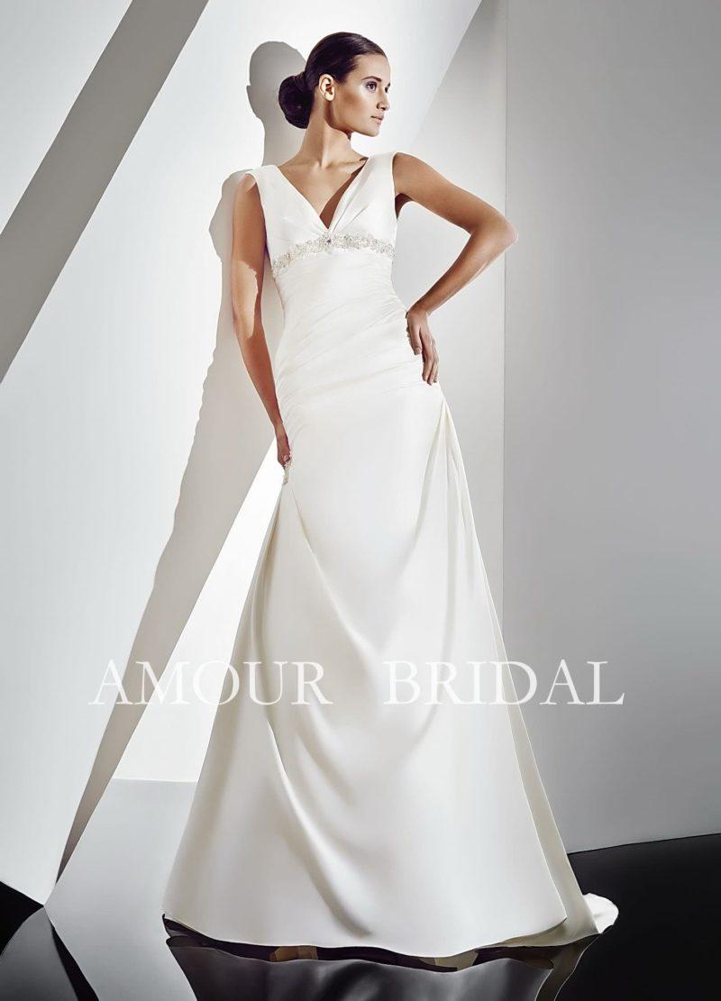 Элегантное свадебное платье прямого кроя с завышенной линией талии и V-образным вырезом.