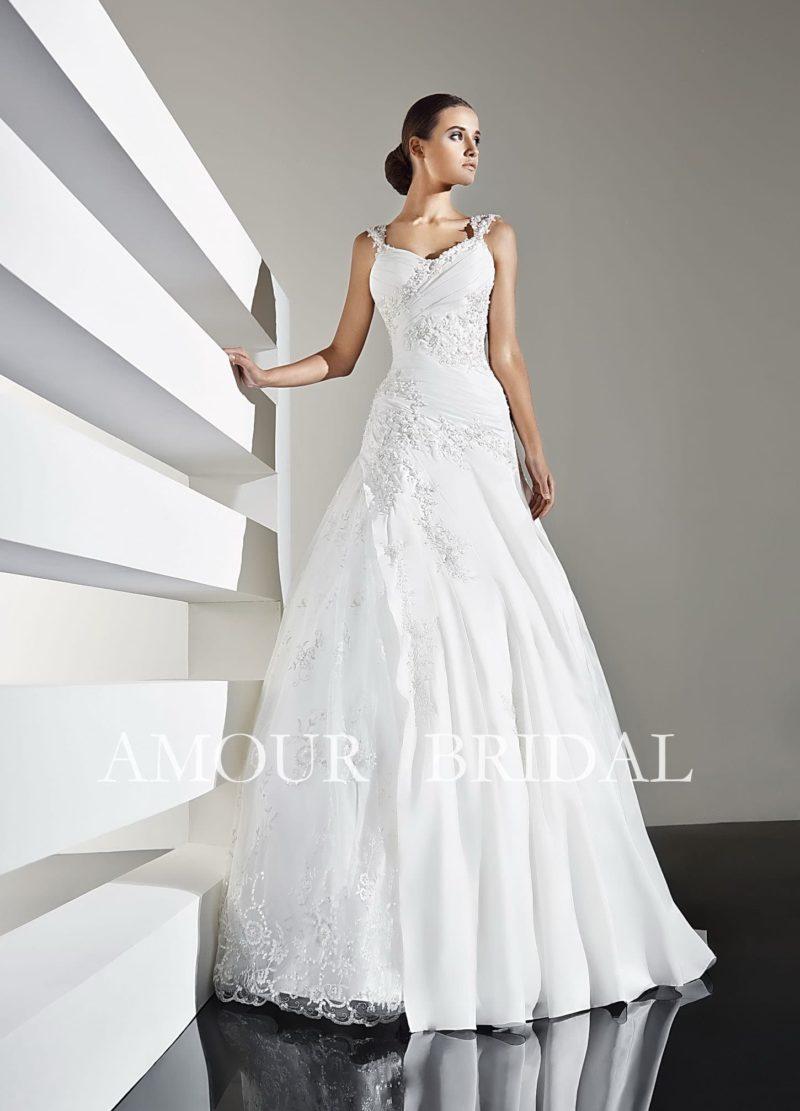 Изысканное свадебное платье «принцесса» с узкими бретелями и нежным кружевным декором.