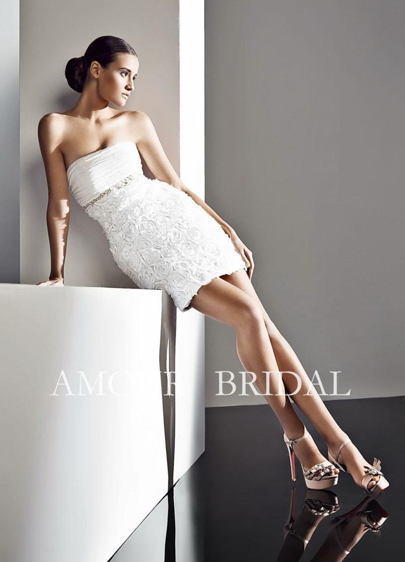Открытое свадебное платье длиной чуть выше колена, с бутонами на юбке и прямой линией декольте.