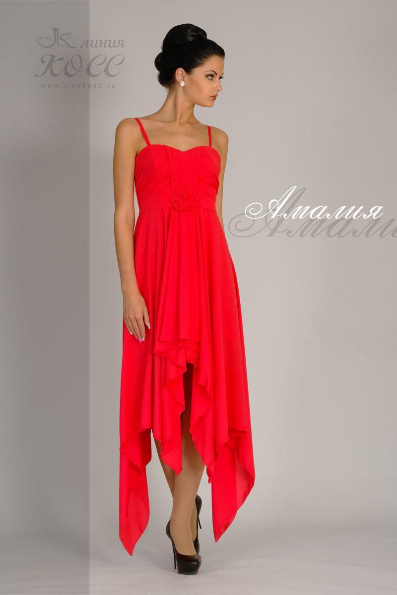 Прямое вечернее платье с оригинальным подолом разной длины.
