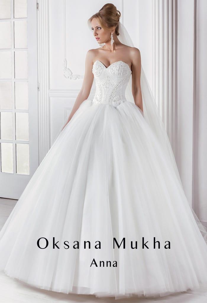 Пышное свадебное платье с открытым лифом в форме сердца и фактурным декором корсета.
