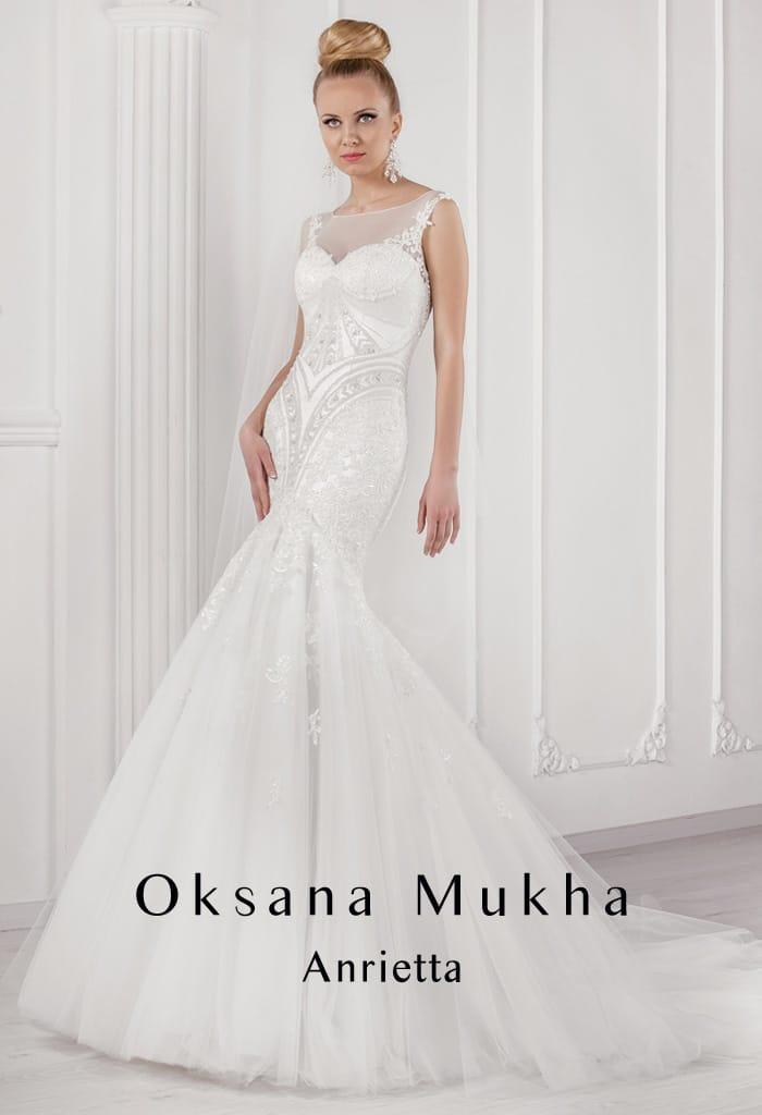 Закрытое свадебное платье «рыбка» с вышивкой по корсету и тонкой вставкой над лифом.