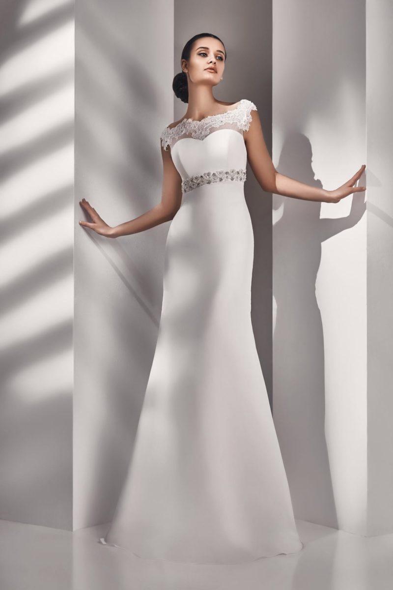 Лаконичное свадебное платье с завышенной талией и коротким кружевным рукавом.