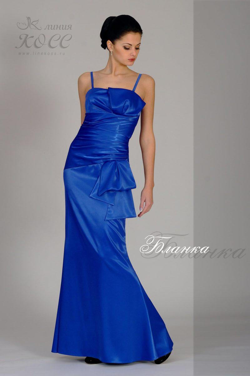 Открытое вечернее платье прямого кроя, украшенное драпировками.
