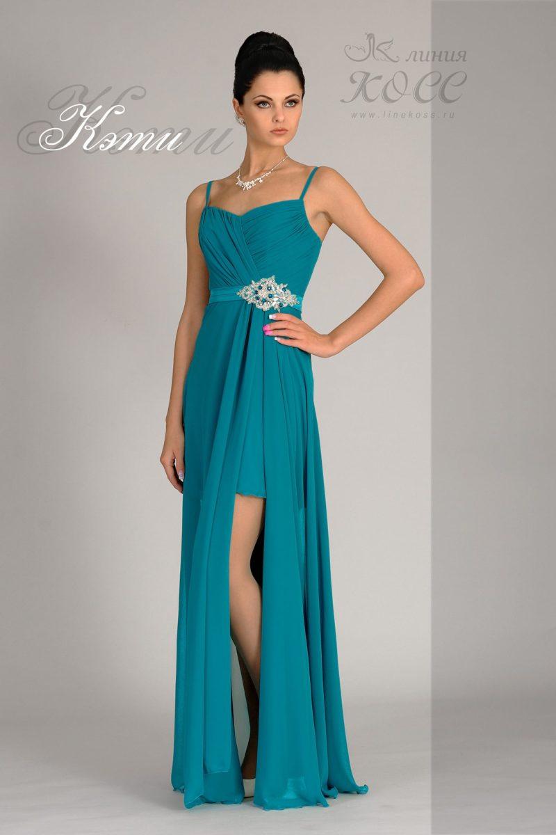 Прямое вечернее платье с разрезом сбоку на верхней юбке.