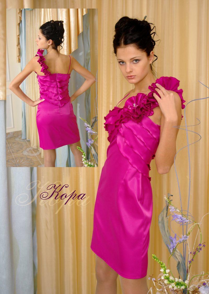 Глянцевое вечернее платье с асимметричным верхом с оборками.