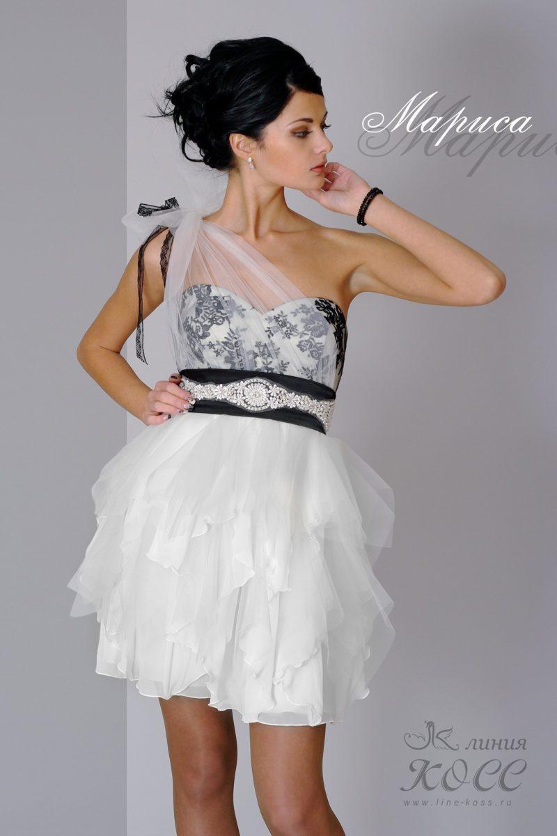Короткое вечернее платье с многоярусными оборками на юбке.