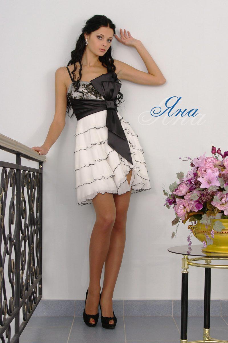 Вечернее платье с контрастным поясом и оборками на юбке до колена.