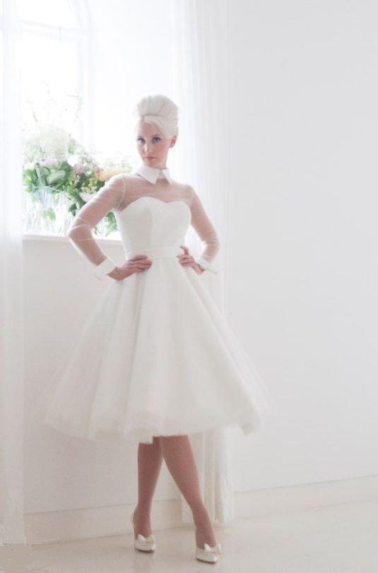 Оригинальное свадебное платье с острым воротником и прозрачными рукавами.