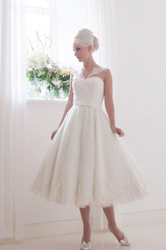 Свадебное платье цвета слоновой кости с кружевным V-образным вырезом.