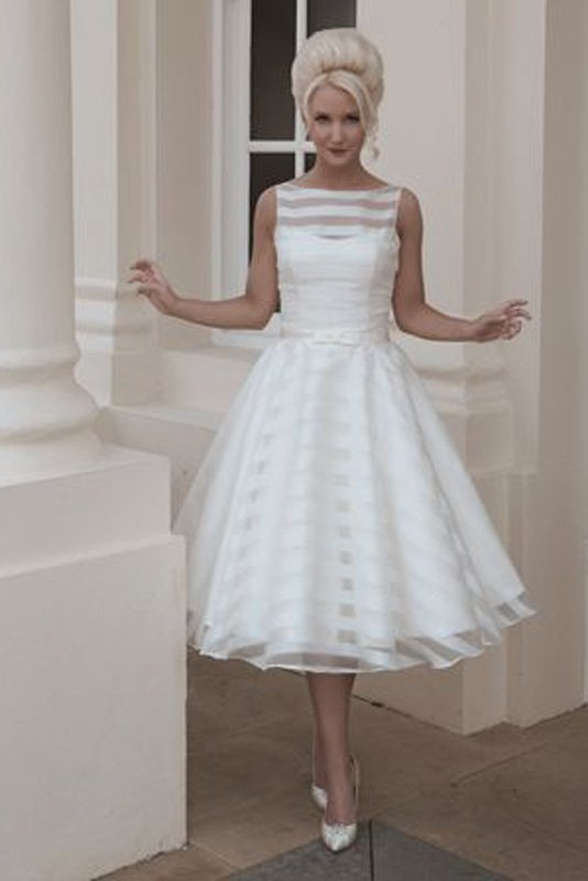 Свадебное платье в ретро-стиле, с отделкой тонкой тканью в полоску.