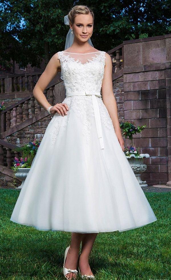 Кружевное свадебное платье с круглым вырезом и юбкой длины миди.