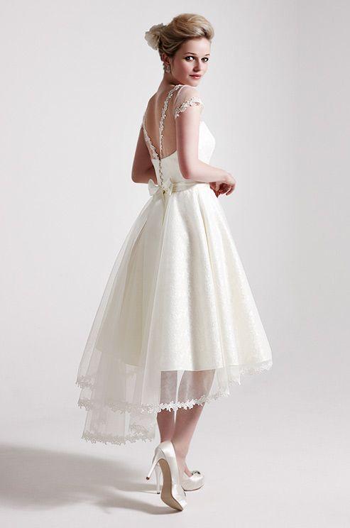 Свадебное платье длины миди с многослойной юбкой и вырезом на спине.