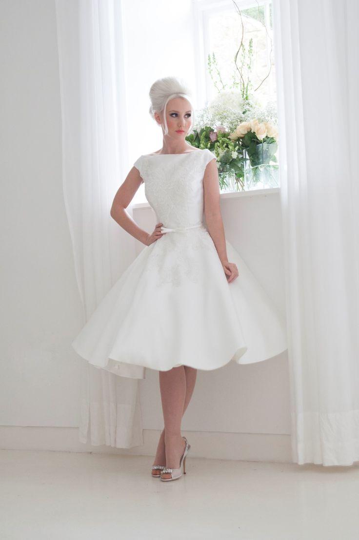 Свадебное платье с широким вырезом лодочкой и короткой юбкой А-кроя.