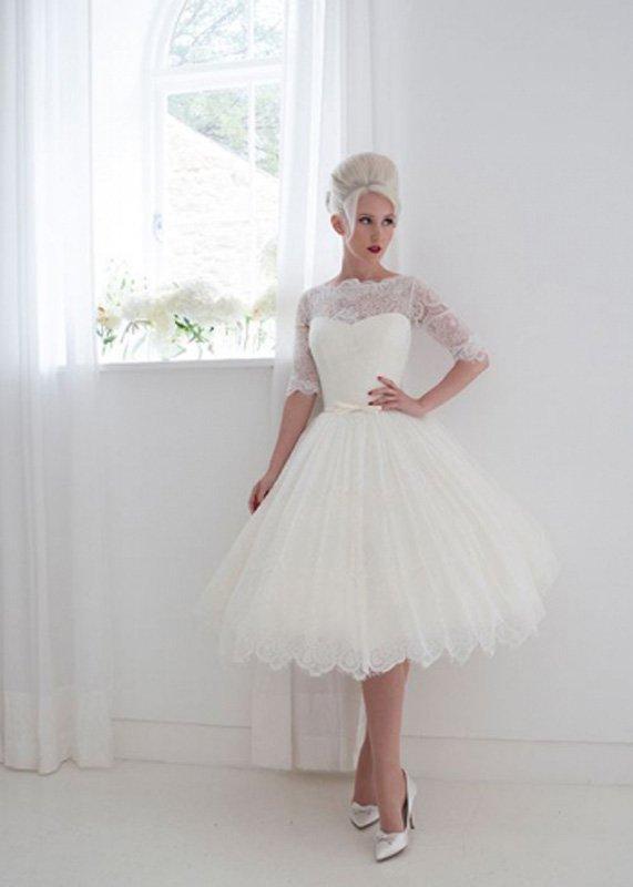 Пышное свадебное платье до колена с изящным кружевным рукавом до локтя.