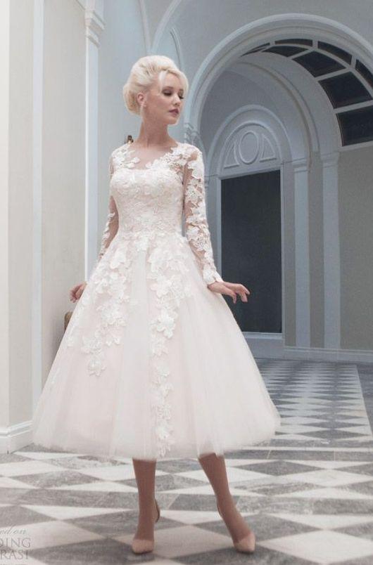Кокетливое свадебное платье с пышной юбкой чуть ниже колена и кружевной отделкой.