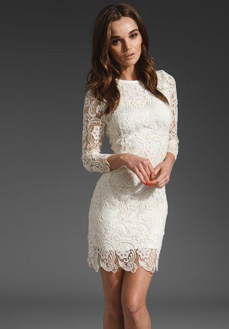 Закрытое свадебное платье-футляр с длинным рукавом, покрытое кружевом.