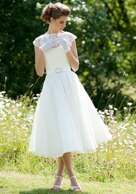 Свадебное платье с закрытым кружевным верхом и шифоновой юбкой миди.