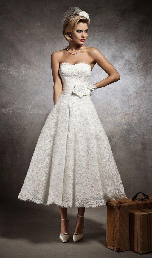 Кружевное свадебное платье чайной длины с женственным вырезом декольте.