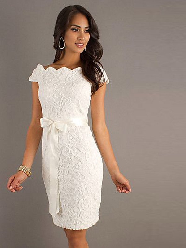 Свадебное платье-футляр из фактурной ткани с кружевным узором.