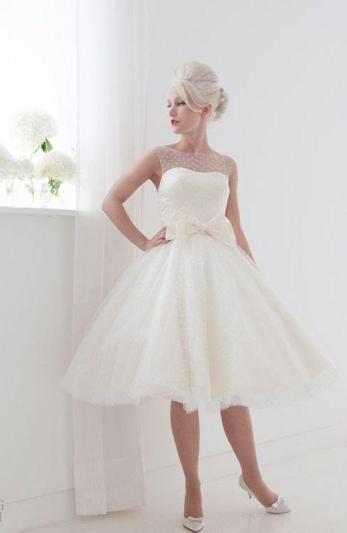 Пышное свадебное платье с отделкой полупрозрачной тканью в мелкий горошек.