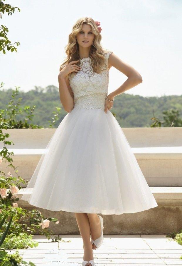 Свадебное платье длины миди с закрытым лифом, покрытым крупным кружевом.