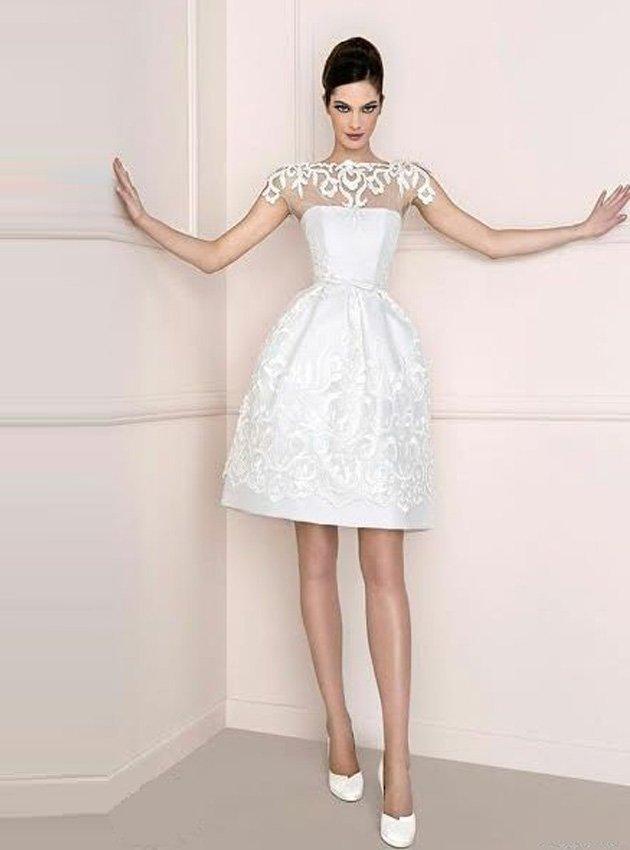 Пышное свадебное платье до колена с декором из кружева с крупным узором.
