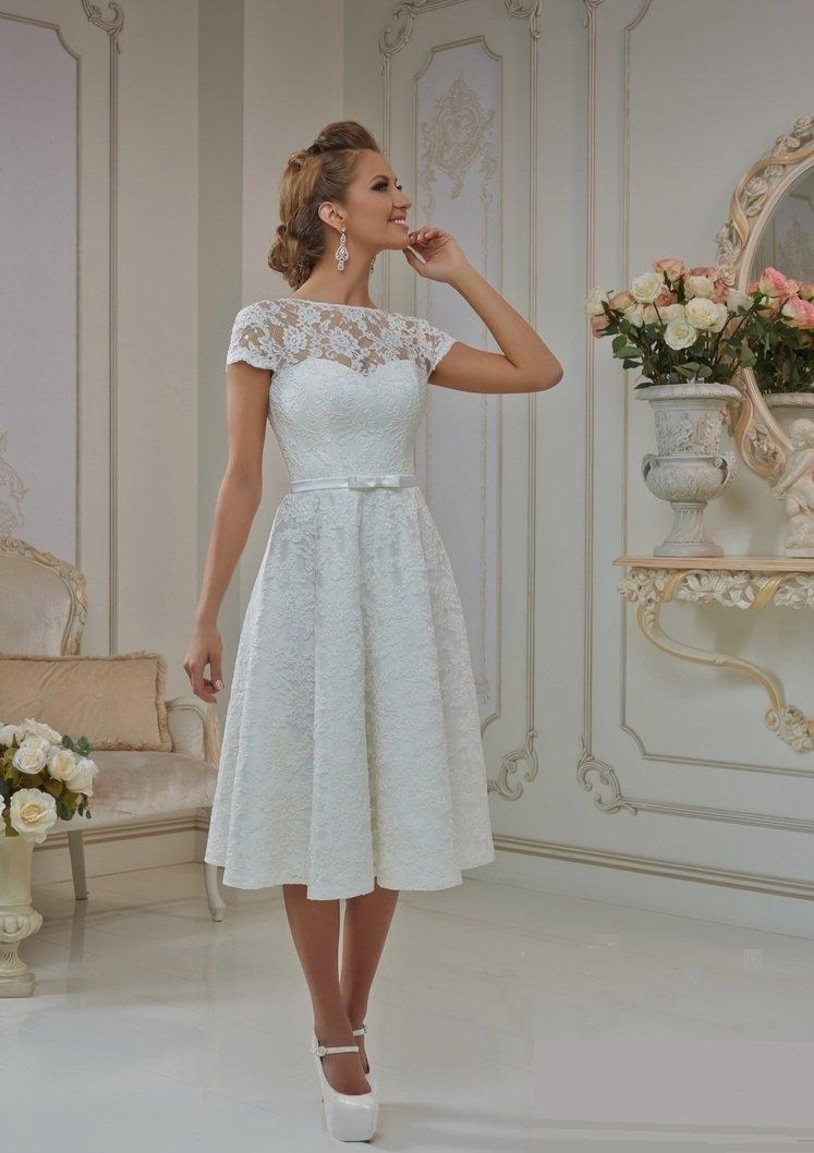 Закрытое свадебное платье с коротким кружевным рукавом и юбкой длины миди.