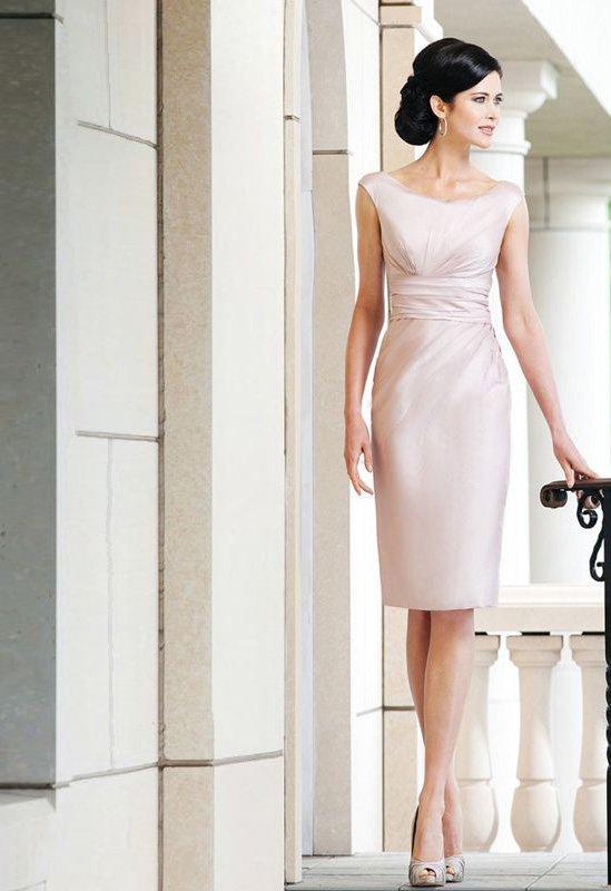 Кремовое свадебное платье-футляр длиной до колена, выполненное из атласа.