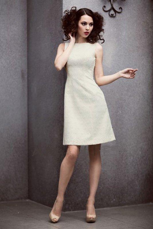 Фактурное свадебное платье в лаконичном стиле с короткой юбкой.