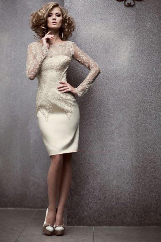 Бежевое свадебное платье-футляр с длинным рукавом из кружевной ткани.