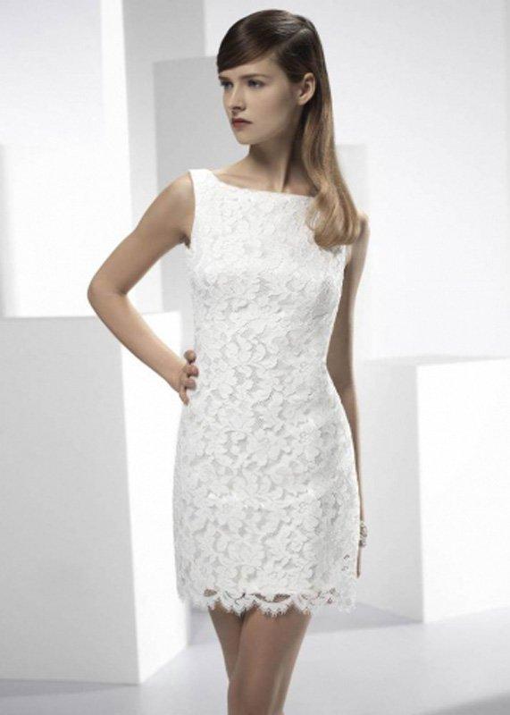 Кружевное свадебное платье-футляр с прозрачной верхней юбкой.