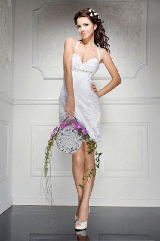 Короткое свадебное платье с завышенной талией и узкими бретельками.