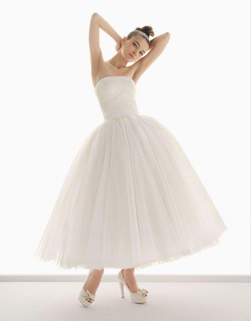 Эффектное свадебное платье с пышной юбкой длиной до лодыжки и прямым вырезом.