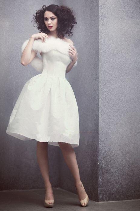 Лаконичное свадебное платье с пышной юбкой до колена и меховой накидкой.