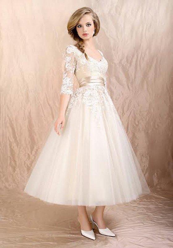 Пышное свадебное платье чайной длины с элегантным кружевным верхом.