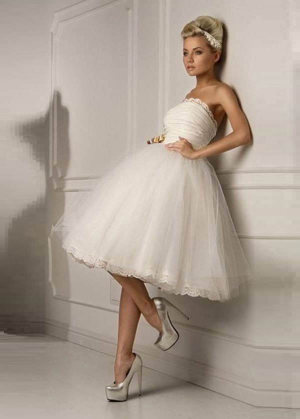 Пышное свадебное платье с юбкой из тюльмарина и лифом прямого кроя.