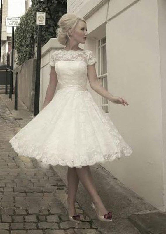 Кружевное свадебное платье до колена с коротким рукавом и поясом из атласа.