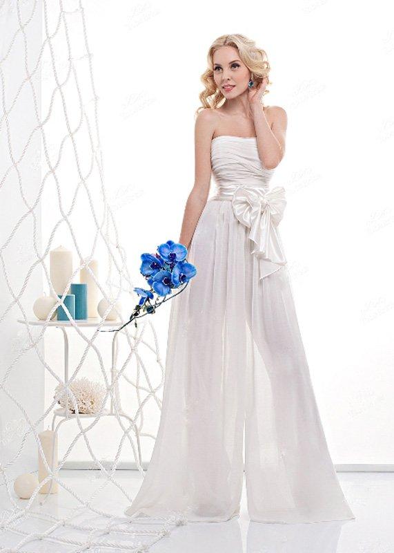 Свадебное платье с полупрозрачной юбкой и роскошным бантом на талии.