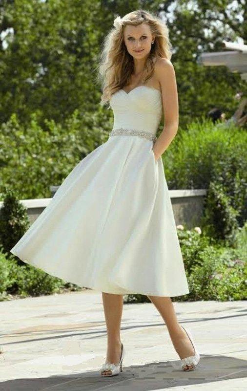 Элегантное свадебное платье А-кроя с юбкой миди со скрытыми карманами.