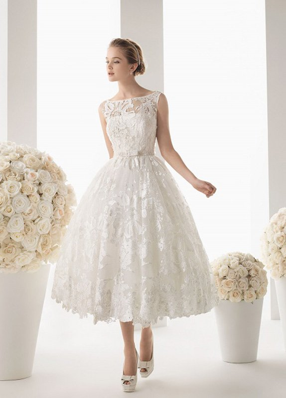 Пышное свадебное платье чайной длины, украшенное кружевом.