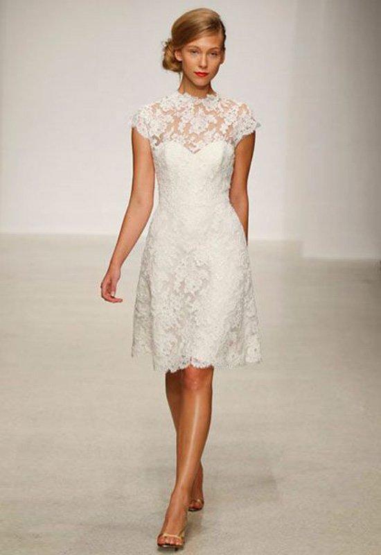 Деликатное свадебное платье с кружевной отделкой и юбкой до колена.