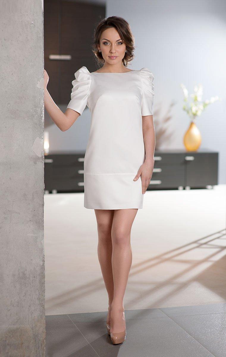 Прямое свадебное платье из атласа до середины бедра с объемным декором на плечах.