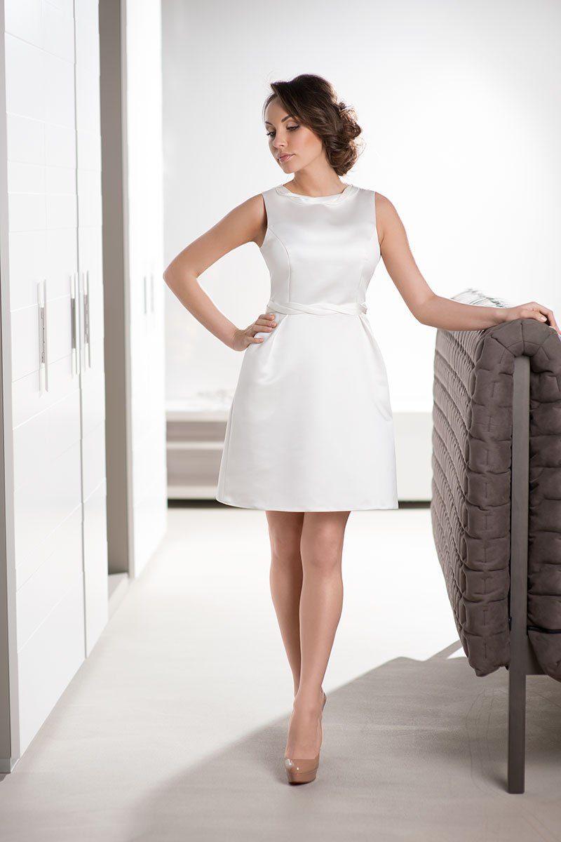 Стильное свадебное платье из атласа с небольшим круглым вырезом.