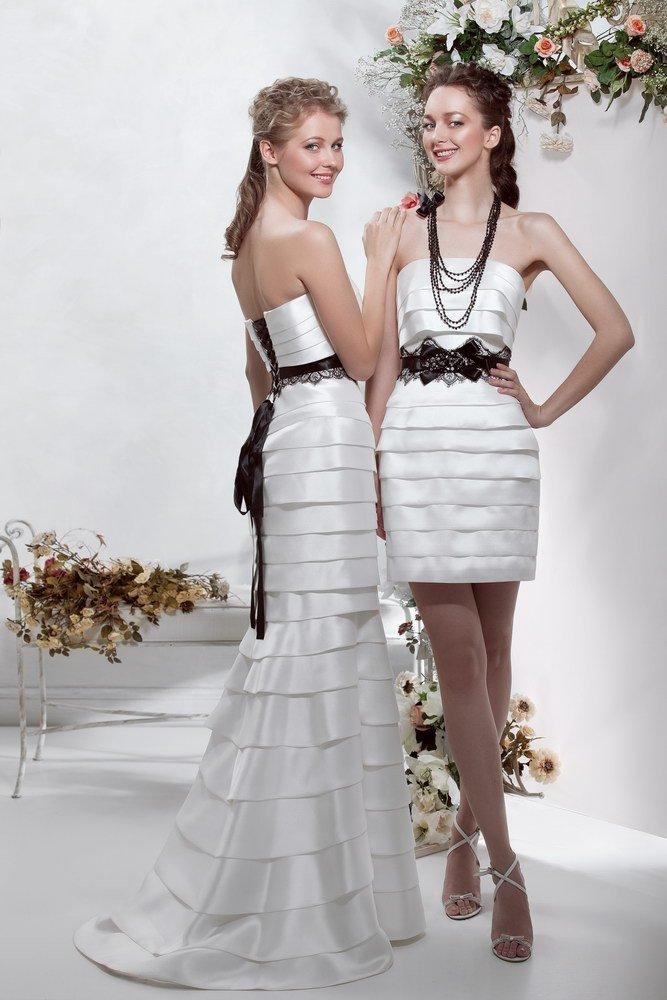 Атласное свадебное платье с контрастным декором и горизонтальными оборками.